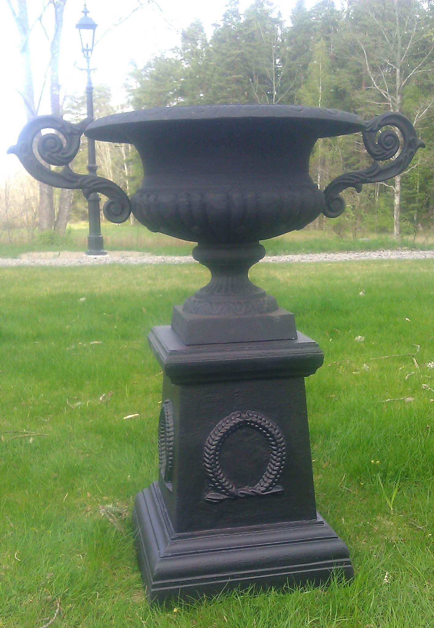 Urna på sockel, 57, 79 resp 103 cm, 1400, 2600 resp 7500kr